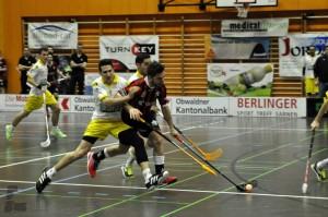 Gianluca Amstutz im Zweikampf gegen einen Uznacher in den Playouts der Saison 2013/2014 (Foto: Simon Abächerli)