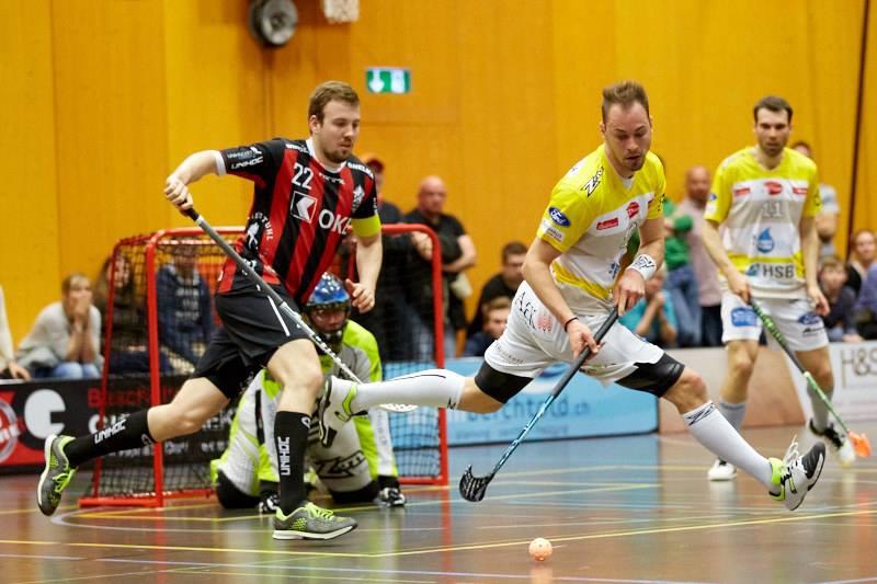 Roman Schöni (links) im Zweikampf mit dem Thuner Samuel Graf (Foto: Simon Abächerli)