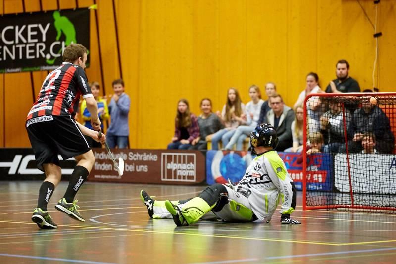 Roman Schöni versenkt einen Penalty gegen den Thuner Schlussmann Thomas Fankhauser (Foto: Simon Abächerli)