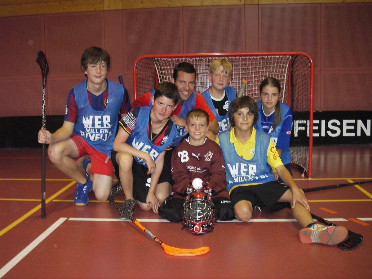 Alex Bitterli (zweiter v.l.) spielte schon im Sommerlager 2010 mit seinem zukünftigen Mitspieler Daniel Gnos (gelbes Dress) Unihockey.