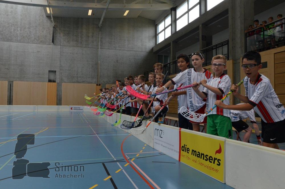 """Die Kleinen unterstützen die Grossen beim Spiel """"Teilnehmer gegen Lagerleiter"""" (Foto: Simon Abächerli)"""