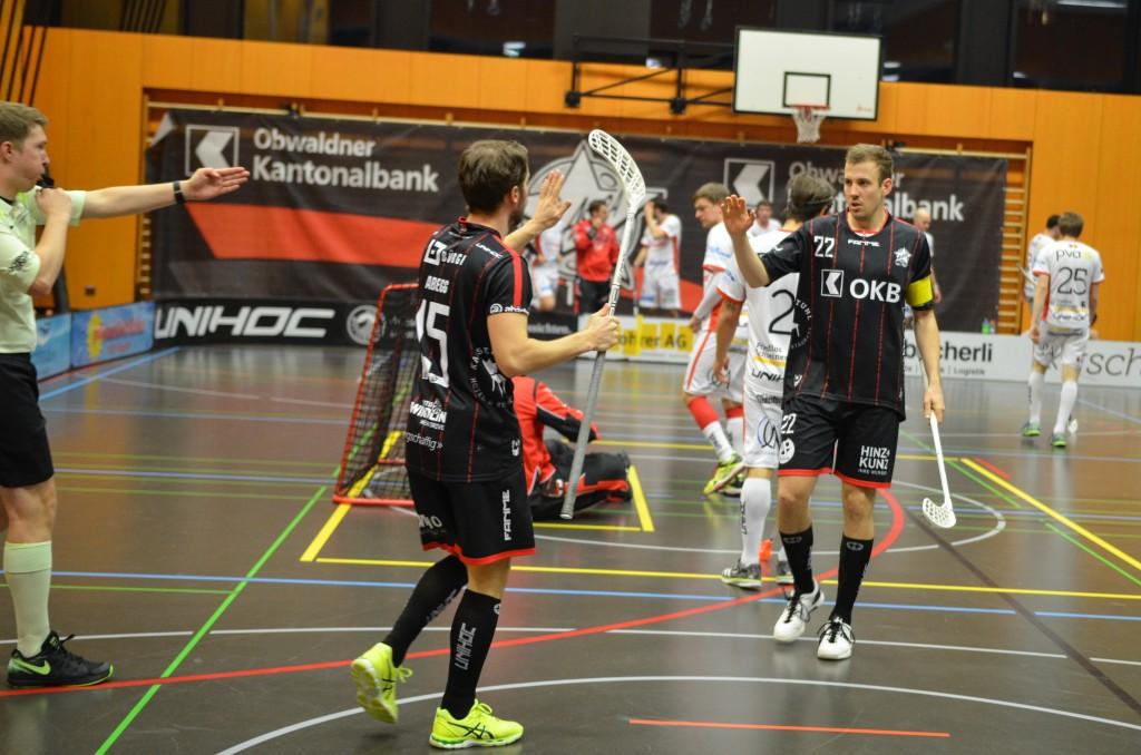 Markus Abegg (links) und Roman Schöni konnten mit ihren Teamkollegen am Wochenende ganze 17 Tore bejubeln (Foto: Simon Abächerli)