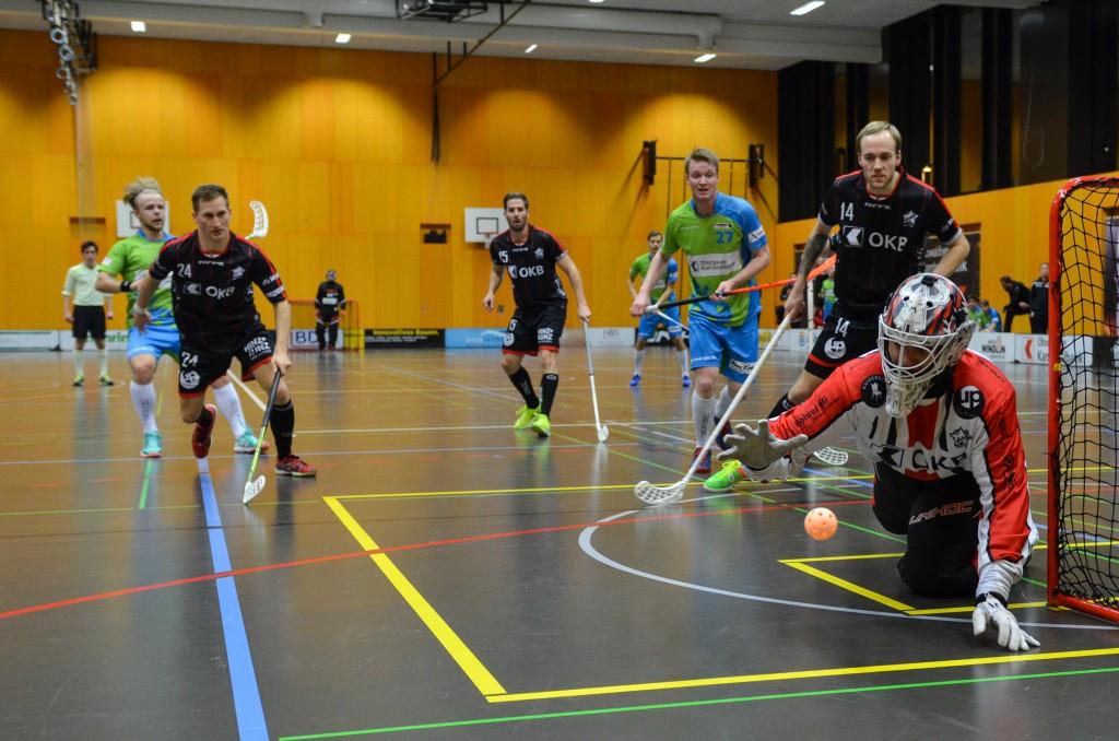 Mario Britschgi krallt sich den Ball (Foto: Simon Abächerli)