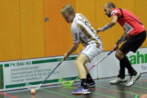 Sarnens Björn von Rotz deckt den Ball ab vor einem Altendorfer Verteidiger (Foto: Simon Abächerli)