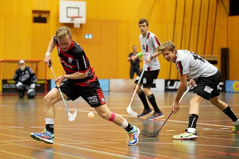 Björn von Rotz hat den Ball im Fokus (Foto: Michael Peter)