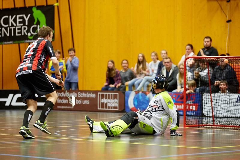 Roman Schöni versenkt den 5. Penalty für Ad Astra Sarnen (Foto: Michael Peter)