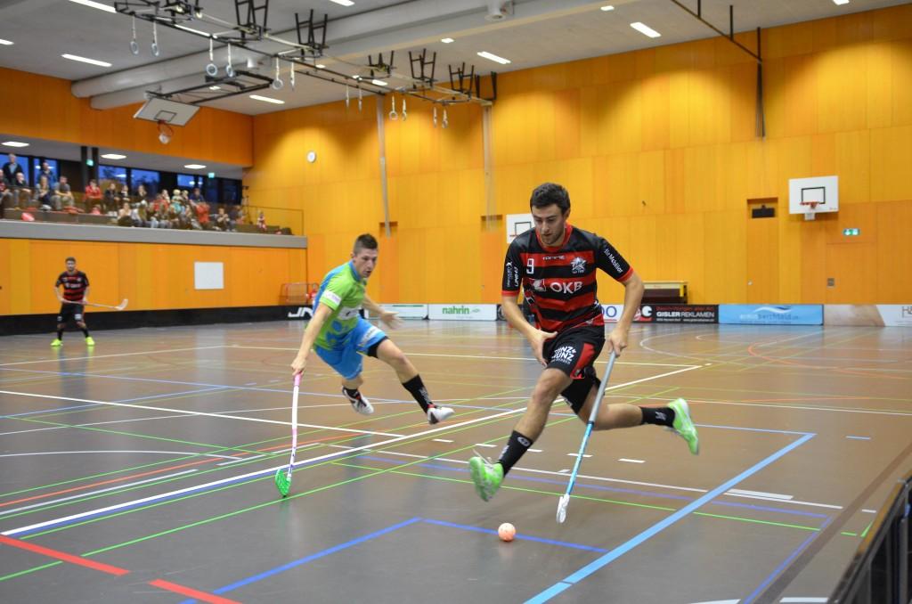 Valerio Läubli überläuft Silas Lienert von Floorball Thurgau (Foto: Simon Abächerli)