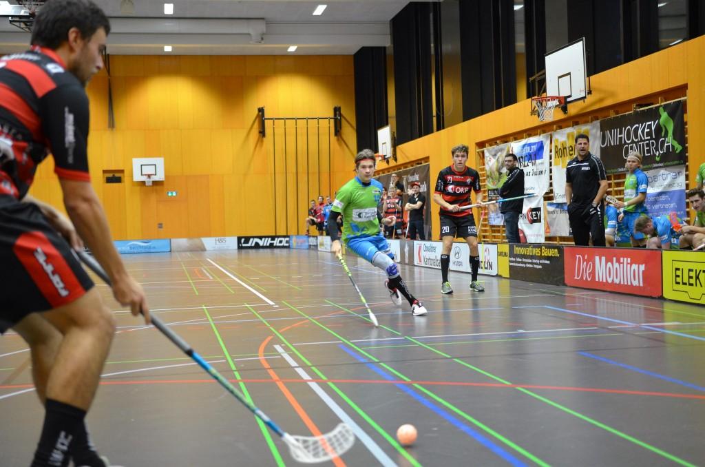 Eine Szene aus dem Hinspiel zwischen Ad Astra Sarnen und Floorball Thurgau (Foto: Simon Abächerli)
