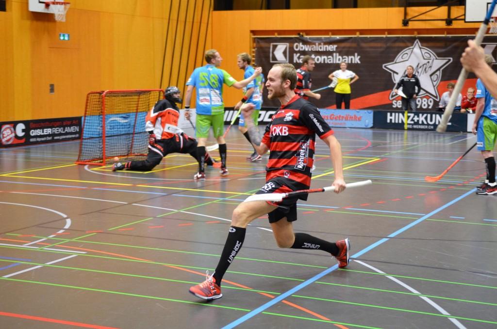 Robin Markström bejubelt den Treffer zum 5:2 (Foto: Simon Abächerli)