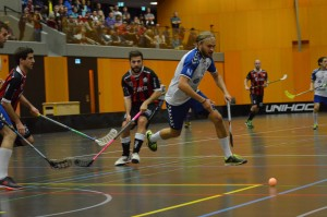 Zugs Finne Aki Hietanen kontrolliert den Ball (Foto: Simon Abächerli)