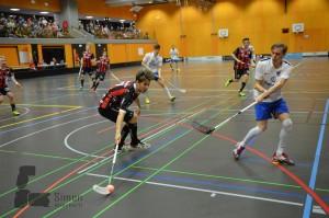 Marcel Kramelhofer (links) im Einsatz für Ad Astra gegen Zürisee Unihockey (Foto: Simon Abächerli)