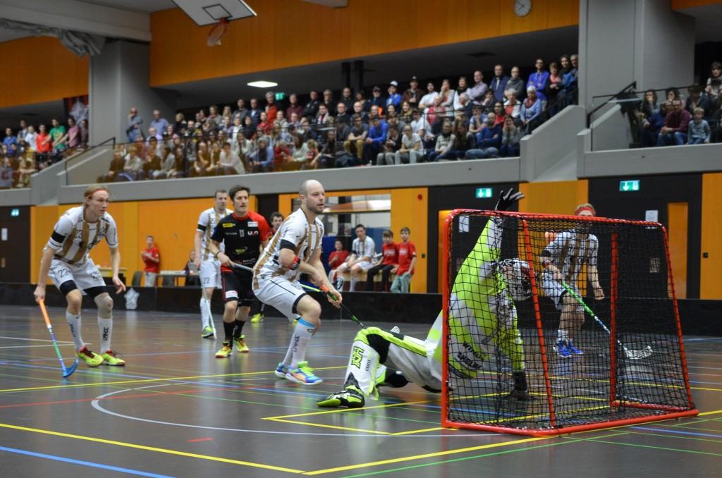 Sarnens Hintermannschaft wehrt sich in Unterzahl gegen ULA (Foto: Simon Abächerli)