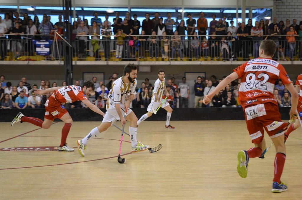 Gianluca Amstutz (am Ball) setzt die Thuner Abwehr unter Druck (Foto: Simon Abächerli)