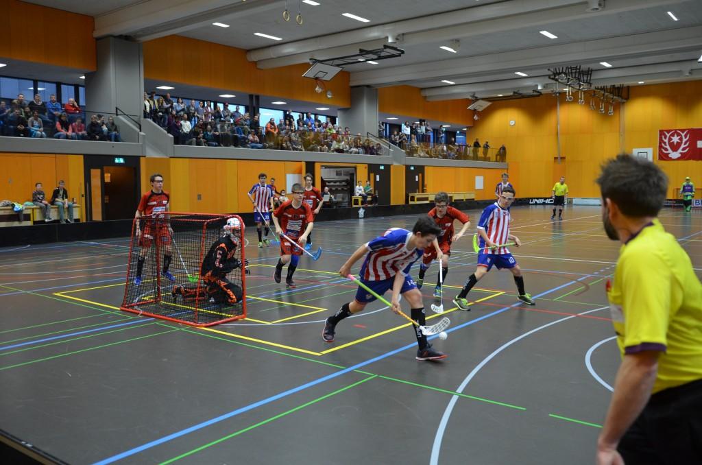 Vor rund 200 Zuschauern kämpften die beiden Teams um den Aufstieg (Foto: Simon Abächerli)