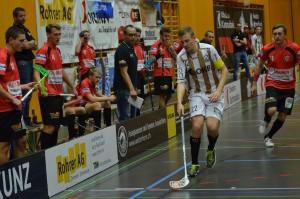 Der Sarner Captain Roman Schöni deckt den Ball ab gegen die Red Devils (Foto: Simon Abächerli)