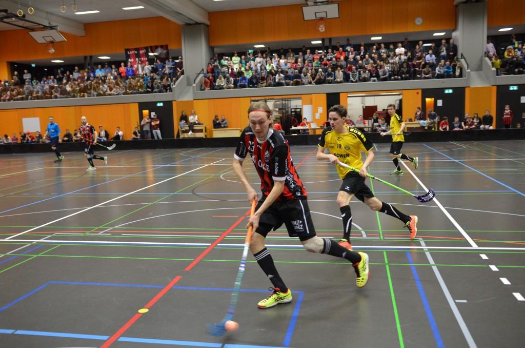 Sarnens Tatu Eronen deckt den Ball ab (Foto: Simon Abächerli)