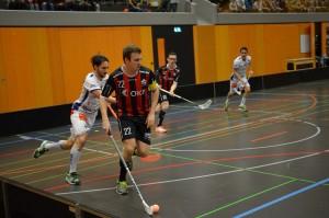 Der Sarner Captain Roman Schöni deckt den Ball vor einem Tessiner ab (Foto: Simon Abächerli)