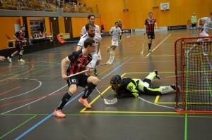 Der Sarner Andreas Kronenberg gegen die Hintermannschaft von Ticino Unihockey (Foto: Simon Abächerli)