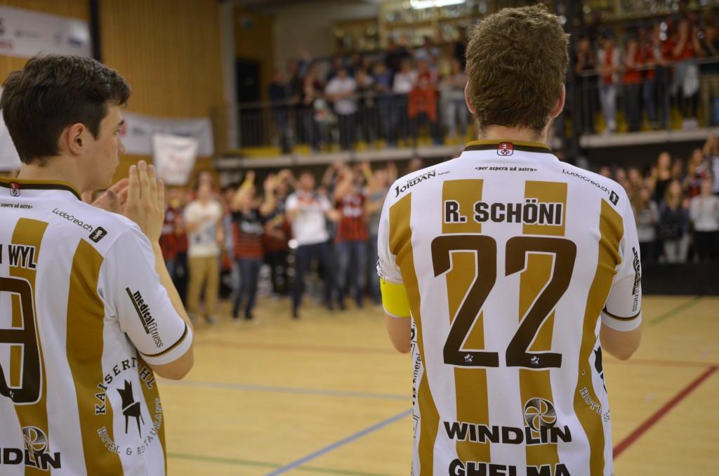 Der Captain bedankt sich mit seinen Teamkollegen bei den mitgereisten Fans für die Unterstützung (Foto: Simon Abächerli)