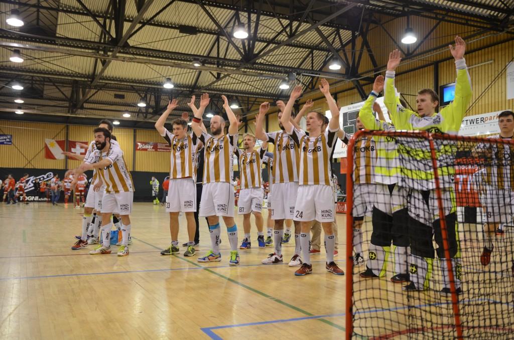 Die enttäuschten Sarner lassen sich trotz der Niederlage von den Fans feiern (Foto: Simon Abächerli)