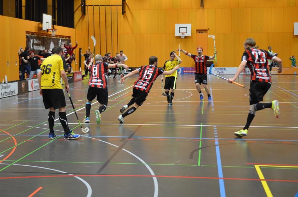 Abegg und seine Teamkollegen bejubeln den Siegtreffer in der Verlängerung (Foto: Simon Abächerli)