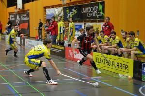 Markus Abegg deckt den Ball ab (Foto: Simon Abächerli)