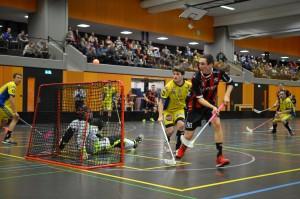 Basil von Wyl hat den Ball im Blick (Foto: Simon Abächerli)
