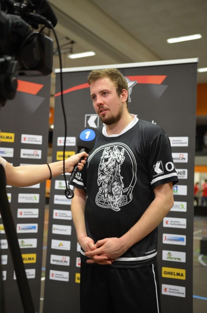 Captain Roman Schöni beim Interview mit Tele1 (Foto: Simon Abächerli)