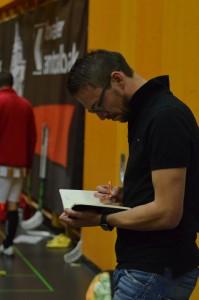 Assistenztrainer Philippe Giesser mit seinem ominösen Notizbuch (Foto: Simon Abächerli)