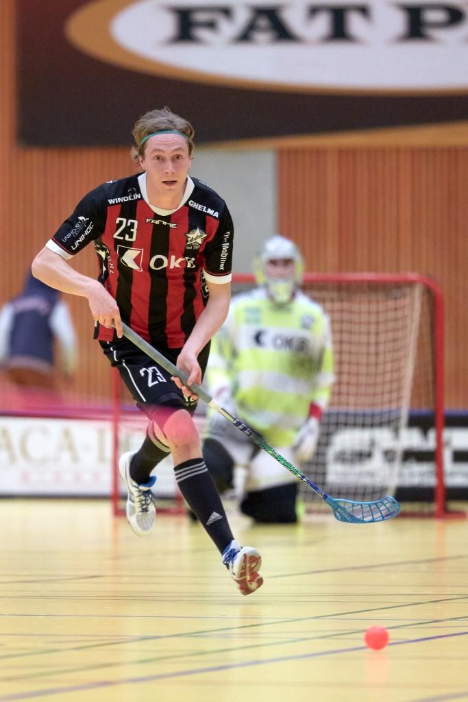 Tatu Eronen führt den Ball auch im nächsten Jahr für Ad Astra Sarnen (Foto: Michael Peter)