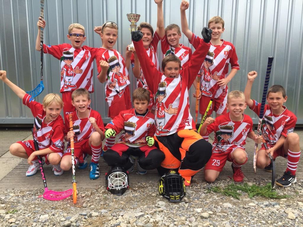 Die D-Junioren vom Team Unterwalden bejubeln den Turniersieg