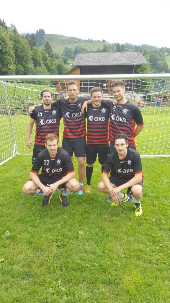 """Team schwarz: Melk Abegg, Philippe """"Wadenbeisser"""" Giesser, Suter Jürg (Hünenberg), Marcel Karamelhofer, Roman Scheune, Basli von Wyl (von oben links nach unten rechts)"""