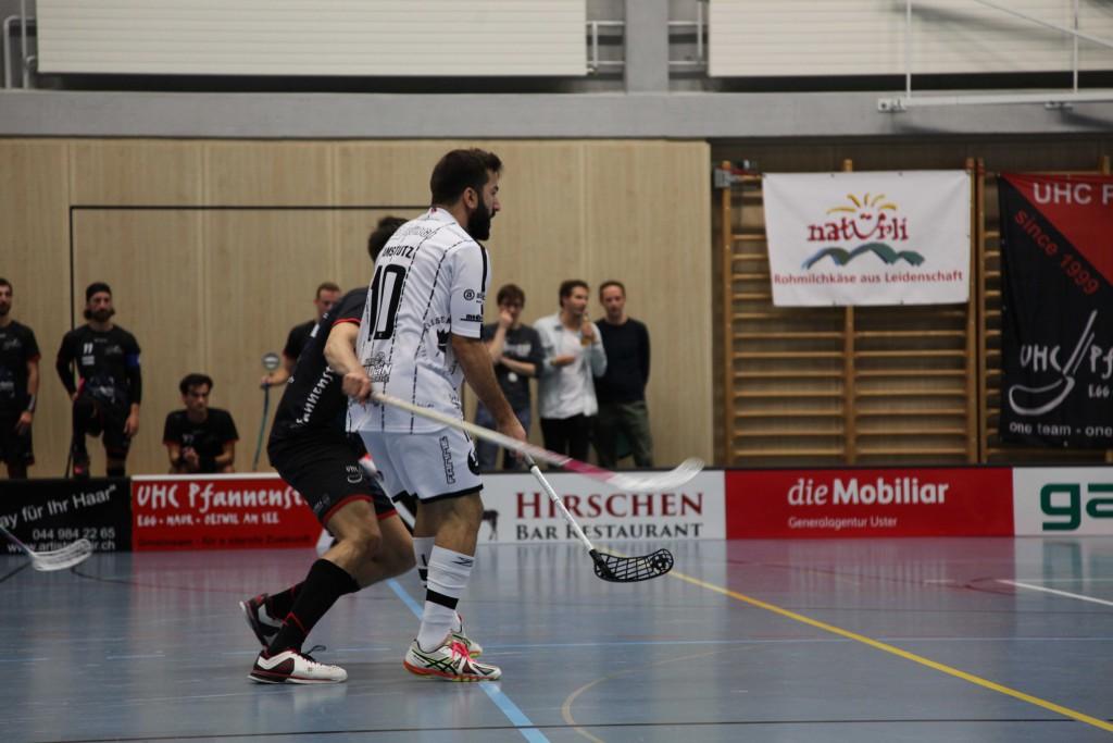Gianluca Amstutz im Einsatz gegen den Aufsteiger UHC Pfannenstiel (Foto: Kaja Ramseier)