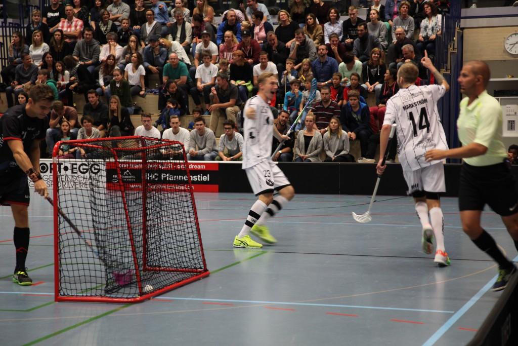Robin Markström (rechts) und Tatu Eronen bejubeln das 0:2 (Foto: Kaja Ramseier)