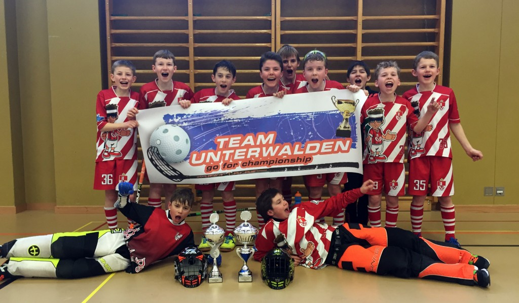 Die D-Junioren vom Team Unterwalden bejubeln den Frühlingsmeistertitel der JLZ