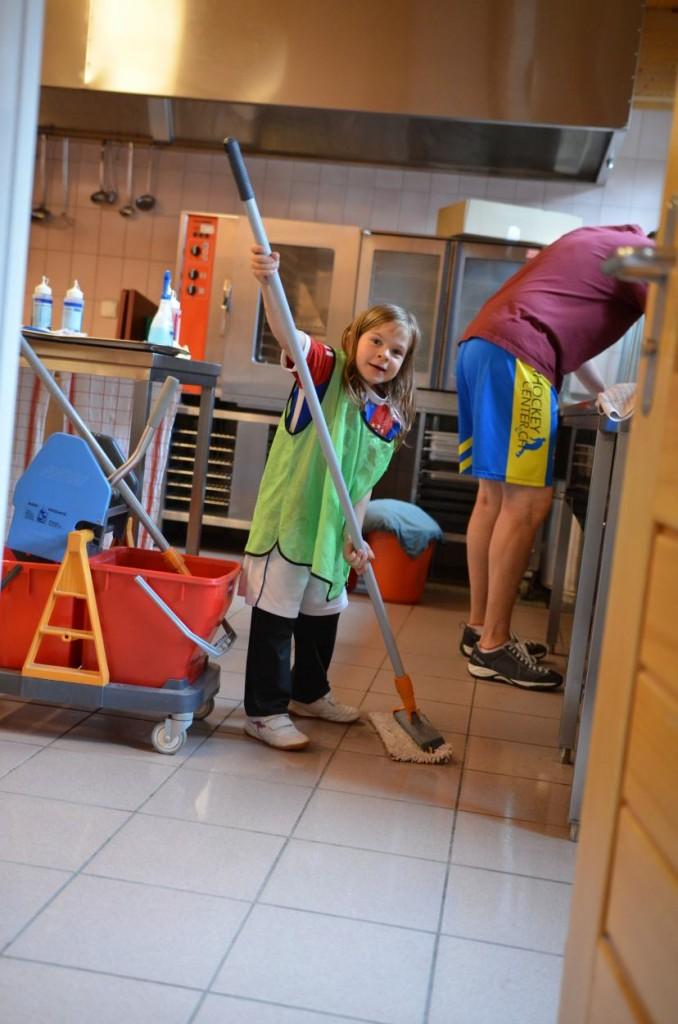 Auch die Kleinen helfen mit beim Putzen der Unterkunft (Foto: Simon Abächerli)