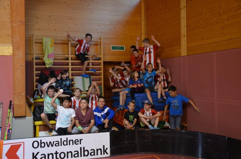 Der aktive Fanblock beim Testspiel der U14 (Foto: Simon Abächerli)