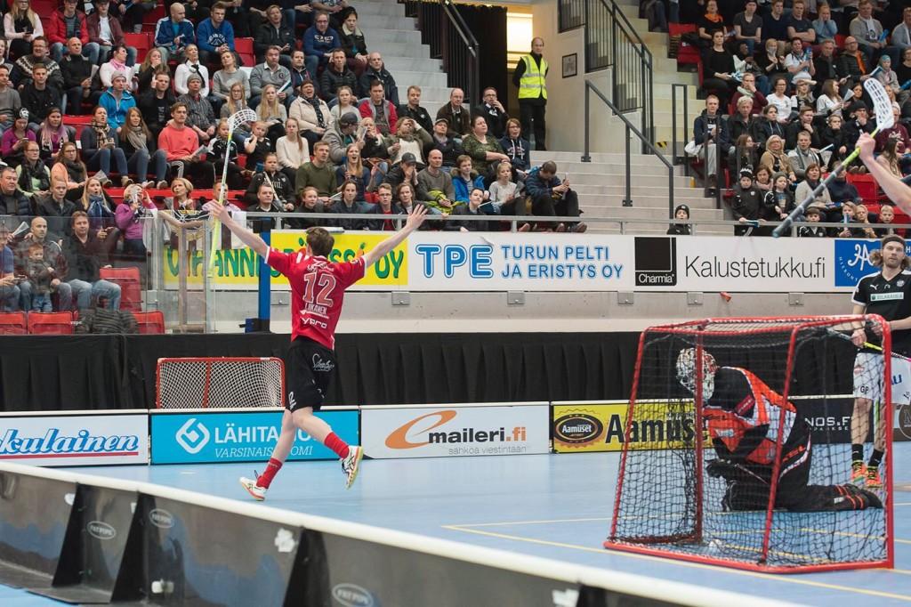 Lauri Liikanen bejubelt einen Treffer für Happee Jyväskylä