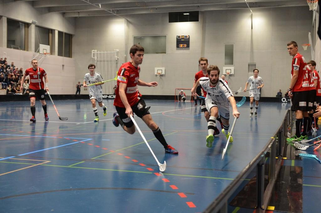 Markus Abegg (rechts) wirft sich auch im hohen Unihockeyalter kompromisslos in die Zweikämpfe (Foto: Simon Abächerli)