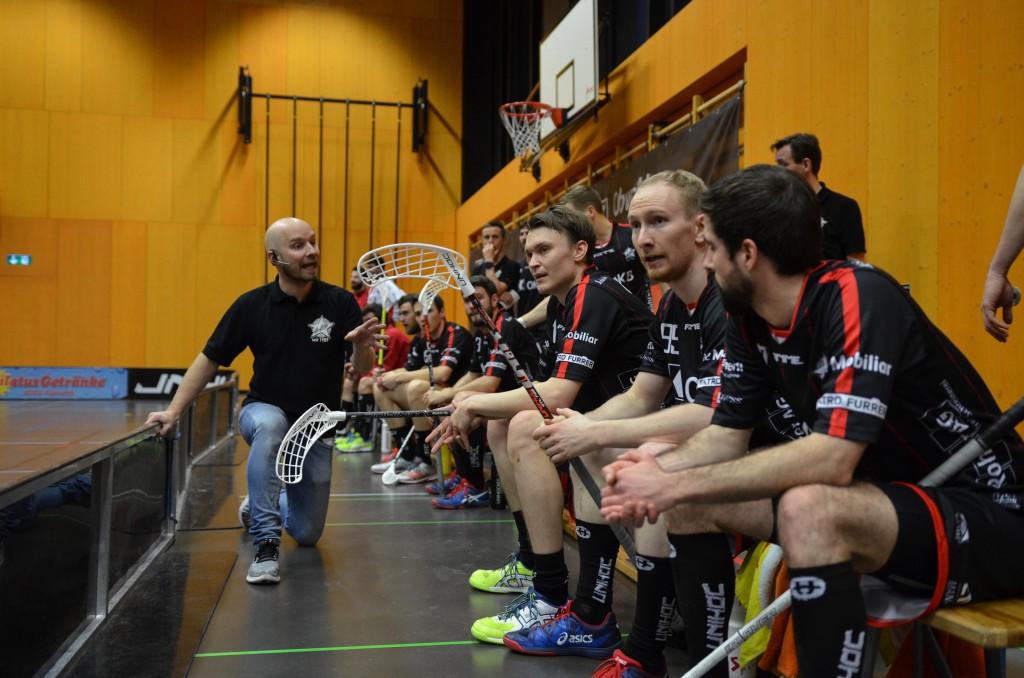 Otto Moilanen gibt seinem Team Anweisungen (Foto: Simon Abächerli)