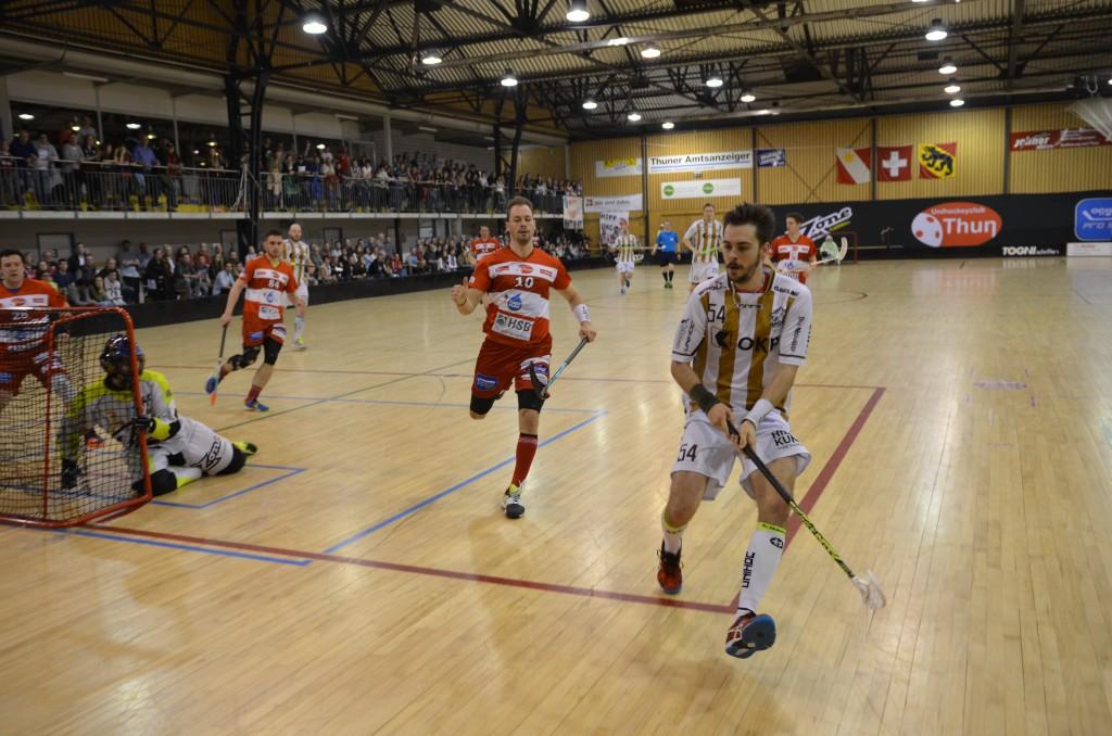 Manuel Wagner (vorne) ist schneller am Ball als sein Thuner Gegenspieler Samuel Graf (Foto: Simon Abächerli)