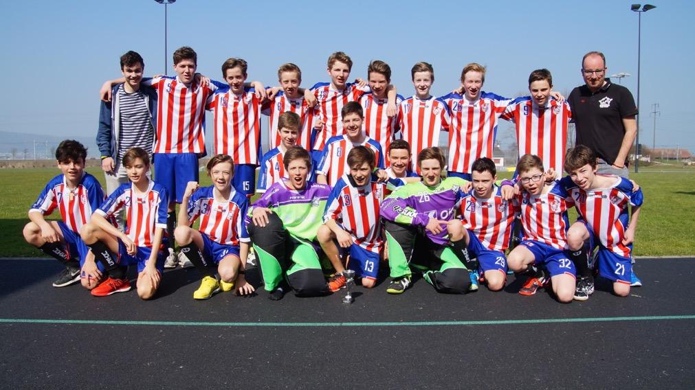 Die U16B-Junioren bejubeln den Gruppensieg in der Stärkeklasse B
