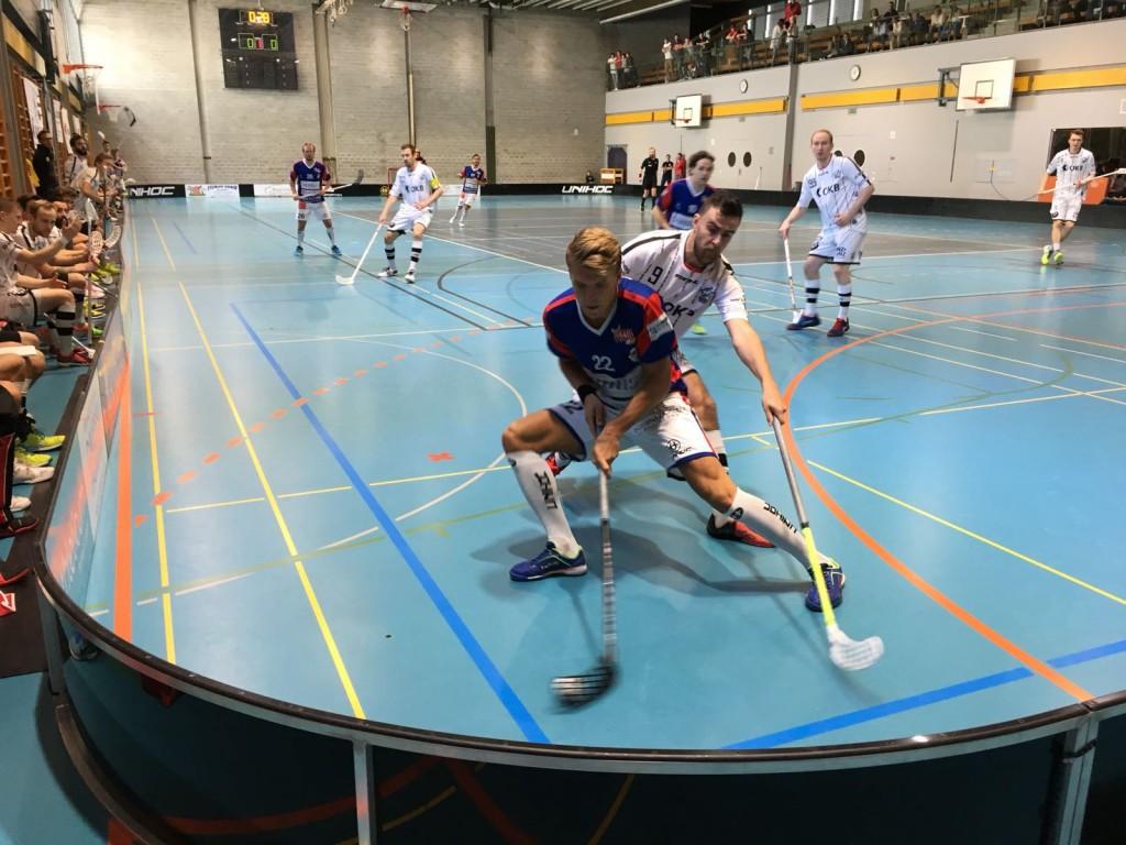 Valerio Läubli (hinten) versucht Ticinos Jakob Karlsson vom Ball zu trennen (Foto: Speter Reber)