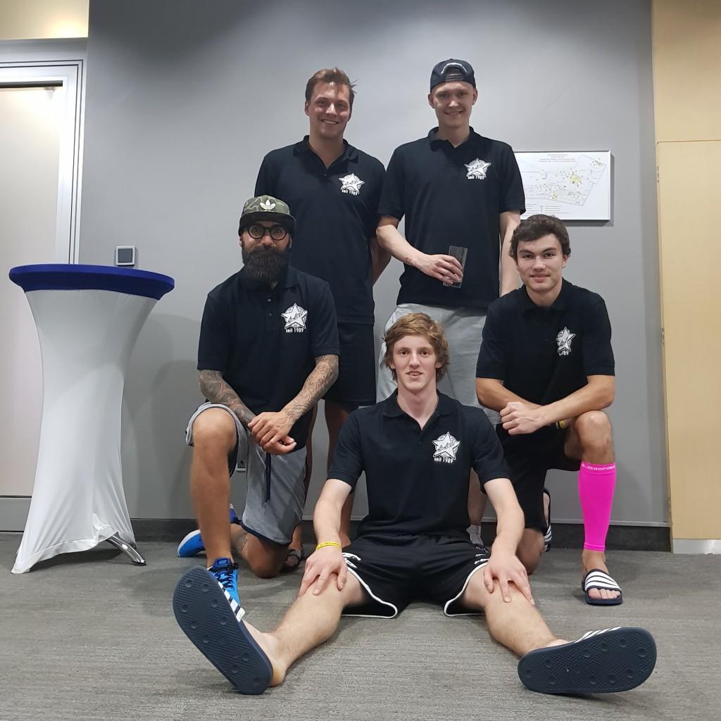 Die 5 neuen Spieler: Thomas de Ruiter (stramm, oben links), Lauri Liikanen (mit Glas), Roman Pass (mit Bart), Noah Boschung (mit poppigen Stulpen), Nils Schälin (in komischer Sitz-Pose)