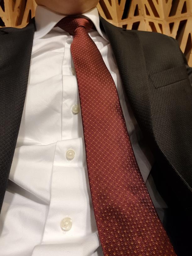Wie gefordert, die rote Krawatte.