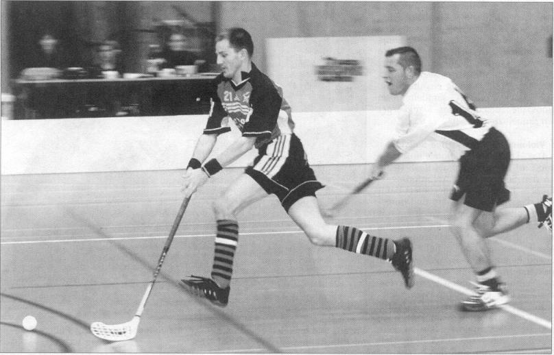 Rogi gibt vollen Einsatz sowohl im Fussball, wie auch im Unihockey, wie hier auf dem Bild aus dem Jahr 1999 zu sehen ist.